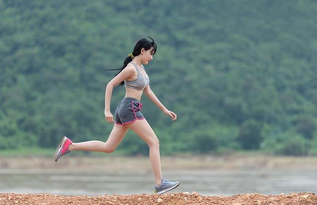 jeune fille qui court