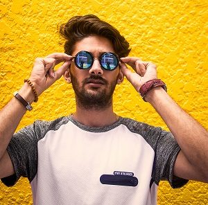 homme portant lunettes soleil