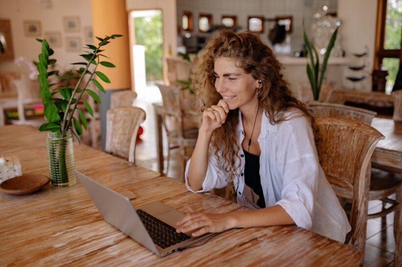 Femme heureuse discutant en facetime sur son mac