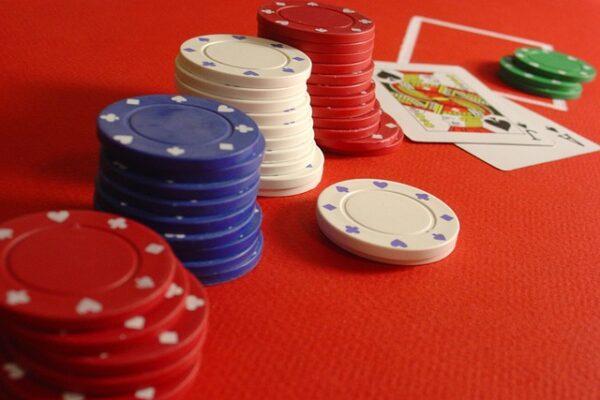 joueur à une table de blackjack